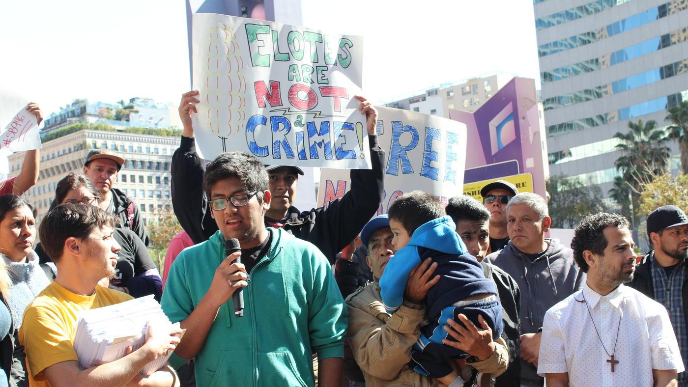 A punto de la deportación por vender elotes; le piden a ICE reabrir su caso